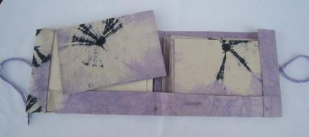 Pakke med brevpapir og konvoluttar, batikkblom, lilla